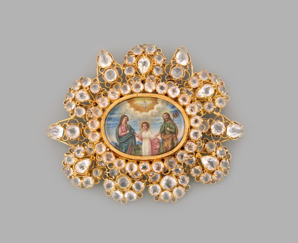 Devotional jewel in gold with rock crystals (or hyaline quartz), with central oval medallion with miniaturist paintings representing, on the obverse, the Holy Family and, on the reverse, St. Cosme and St. Damian, patron saints of children and doctors. Country: Iberian Peninsula Dimensions: Height 7 x Width. 8.7 cm Weight: 43.6 g
