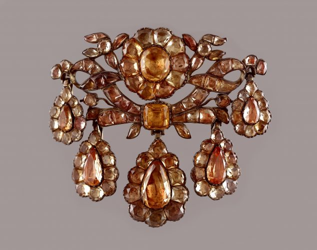 A silver and topaz girandole pendant/brooch in perfect condition. Country: Portugal Period: c.1770 Dimensions: 7x8 cm Weight: 62,4 g