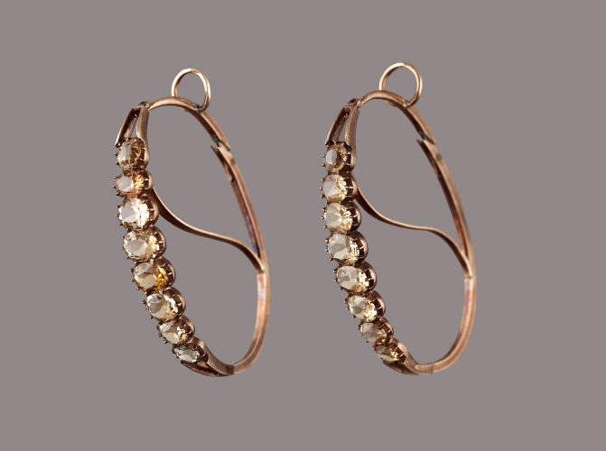 Beautiful pair of gold and topaz hoop earrings in perfect condition. Country: Portugal Period: 18th/19th Century Dimensions: 4,5 x 2,5 cm Weight: 7,5 cm