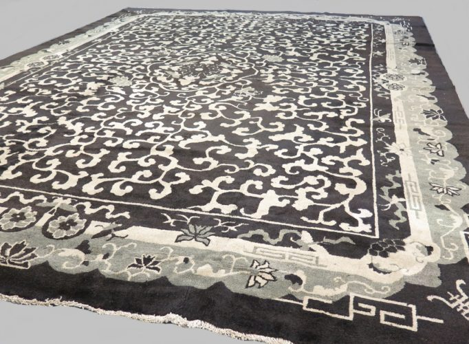 Unusual Art Deco Chinese carpet Size: 3.58 x 2.80 metres - 11'8 x 9'2 feet A one of kind piece dating circa 1920 with a unique ton-sur-ton drawing and a modern feel.