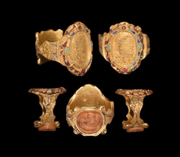 Post Medieval Elizabeth I Portrait Armada Victory Presentation Gold Ring. Circa 1590 AD.